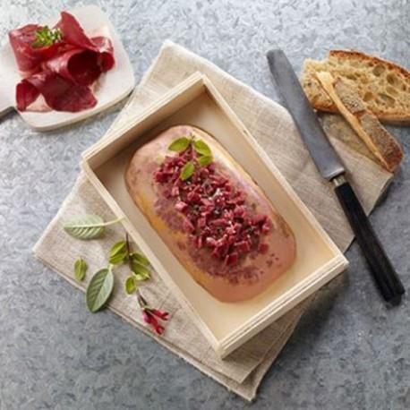 Un foie gras entier de canard cuisson douce aux éclats de magret fumé. Valette
